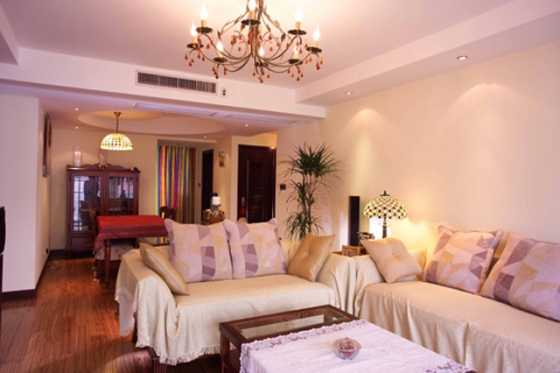 家庭装修安装中央空调注意二:卧室中央空调 一般卧室是必须要进行采暖系统处理的。为了达到更好的舒适性起居环境,在考虑安装家庭中央空调的时候需要注意居室内中央空调安装位置的确定,吊顶样式的设计,不仅需要保证中央空调正常的出风效果,还需要考虑到吊顶的美观性,不至于影响整个卧室空间的观感,使得中央空调、吊顶和居室融合在一起。