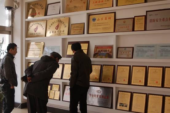 罗振涛主任观看奇威特集团荣誉墙
